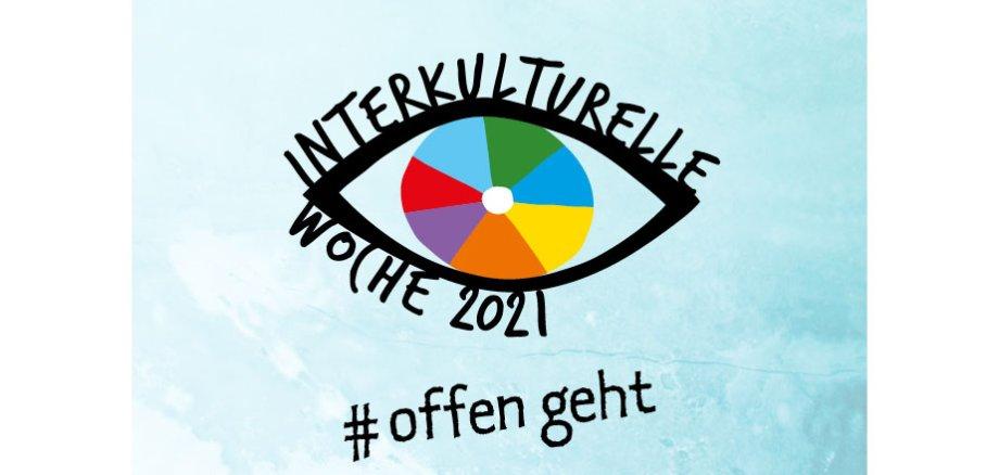 Ein Auge, das mit den Worten Interkulturelle Woche 2021 umrandet ist. Zudem steht darunter #offen geht.